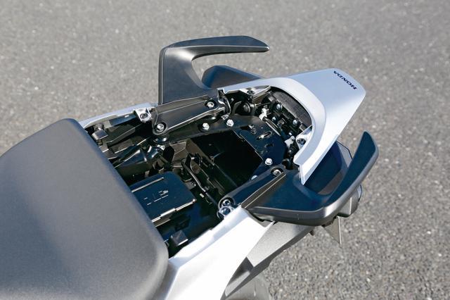 画像: 前モデルからETC車載器は標準装備で、パッセンジャーシートの下にセット。高速道路の料金所でも慌てることなくスマートにツーリングが可能だ。さすが大人のスポーツバイク。