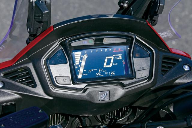 画像: 白色LEDバックライトを採用した液晶ディスプレイ。ギアポジションや燃費の表示、グリップヒーター使用時の温度段階もオンまたは調整時に、約5秒間表示される。