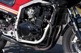 画像: エンジンの最高出力はベースとなったGSX400FWの50PSから、シリンダーヘッドをはじめ、各部に大きな改良を加えることで59PSにまでパワーアップが図られた。