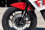 画像: 80年代半ばのスポーツバイクのトレンドだったフロント16インチホイールを、俊敏な走りを目指したFZ400Rも採用。ブレーキはダブルディスクでキャリパーは対向2ポット。