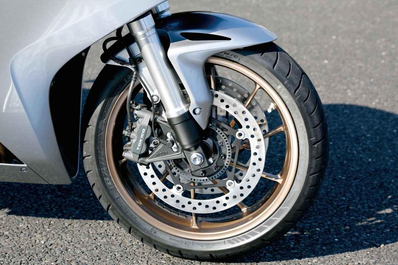画像: アルミダイキャストホイールは、スポークがリムに斜めに接する形状にすることで、直進時の路面振動をしなやかに受け止め、コーナリング時には高い剛性感を発揮する。ABSは標準装備。