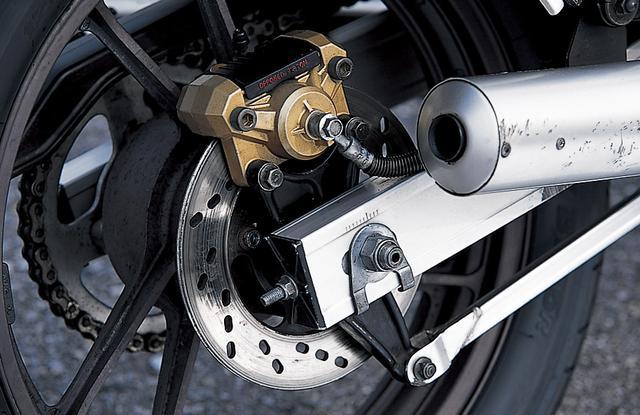 画像: リアのトルクリンクにピロボールを使用、フレーム支持のフローティング構造としたリアブレーキ。制動時にブレーキトルクのリアサスへの影響を減らし、安定性を高めている。