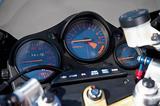 画像: 左からスピードメーター、タコメーター、水温計が並ぶNS400Rのメーターパネル。機能優先、優れた視認性を重視したシンプルなデザイン。スイッチ類も操作しやすいレイアウト。