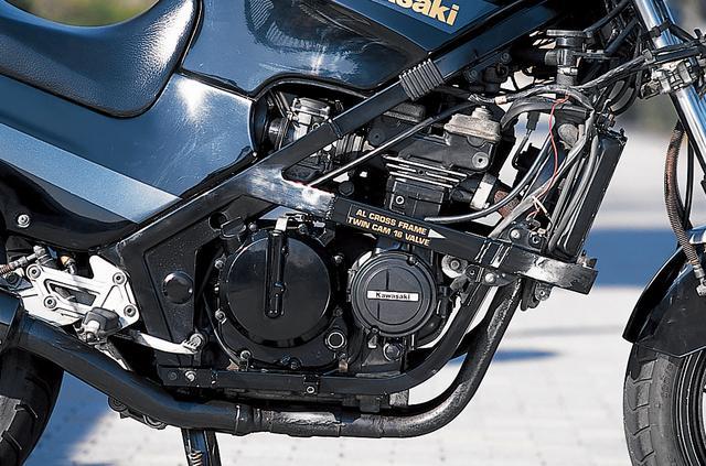 画像: エンジンはGPZ600R用の592㏄水冷直4をベースに、ボア╳ストロークを60╳52.4㎜から56╳40.4㎜に変更して排気量を398㏄化したもの。フレームも400専用のアルミクロスフレームだ。