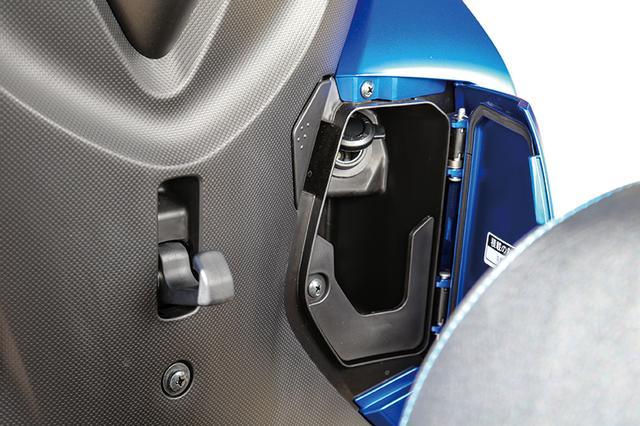 画像: 右サイドにはコンパクトな小物入れを増設。12Vソケットつきで、スマホの充電やアクセサリーの使用にも重宝しそうだ。