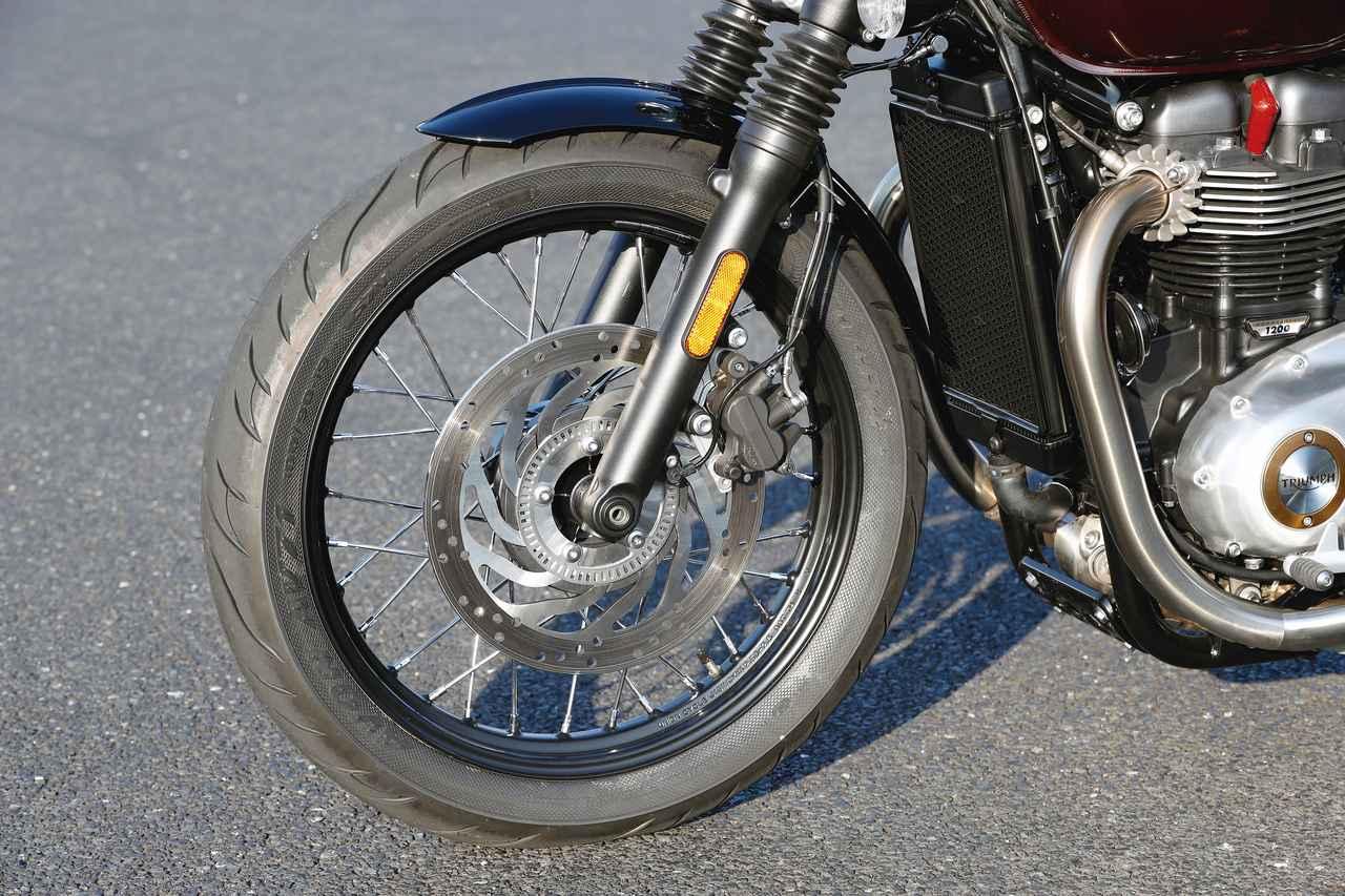 画像: フロントは19インチ化され、標準装着タイヤはエイボンのコブラというレアな銘柄を履く。ブレーキは310㎜径の大径ディスクを採用して高い制動力を確保。