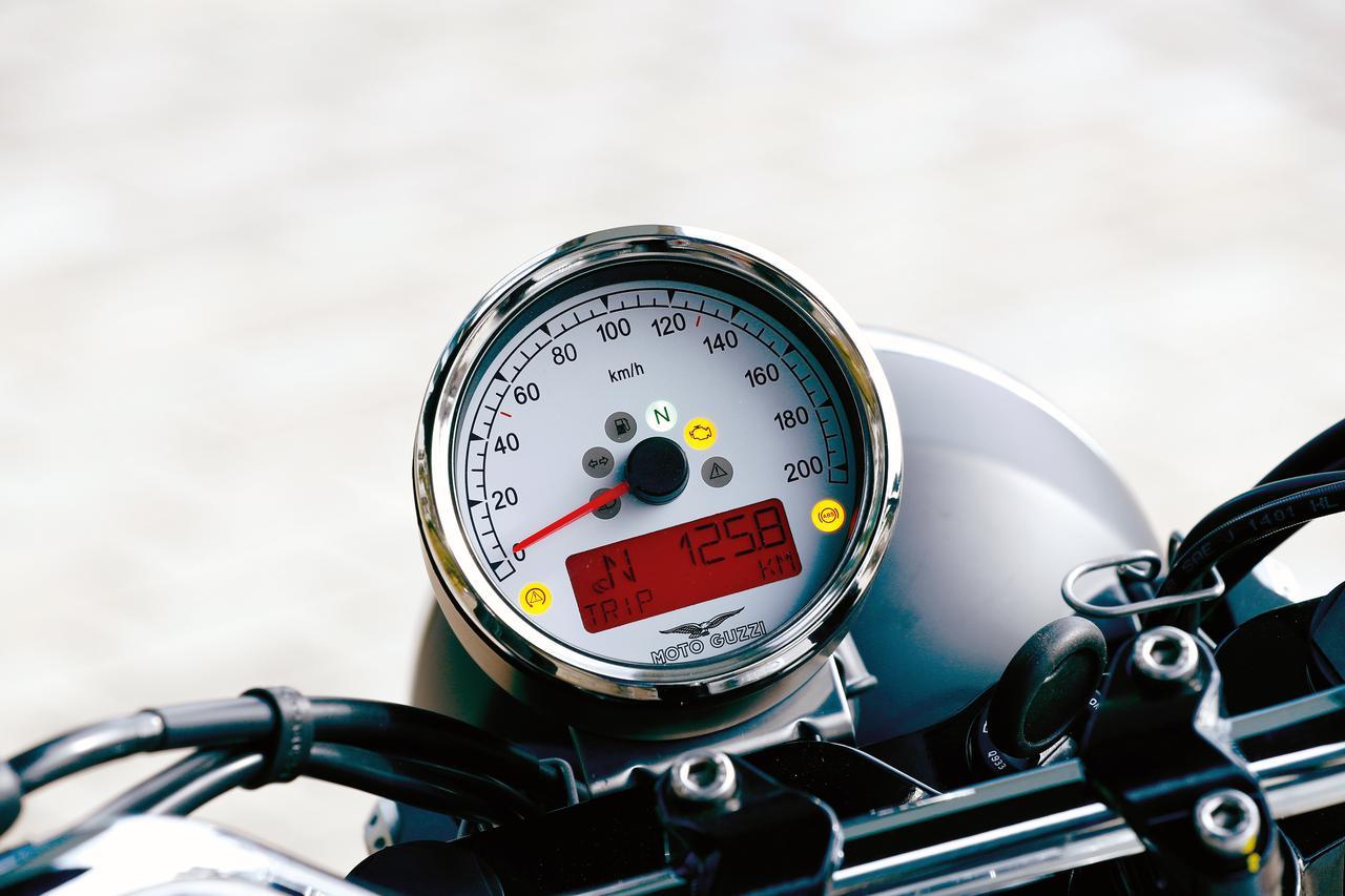 画像: メーターはクラシカルな丸型ケースに収められたアナログ速度計の中に、多機能デジタルディスプレイを内蔵したものを装着。