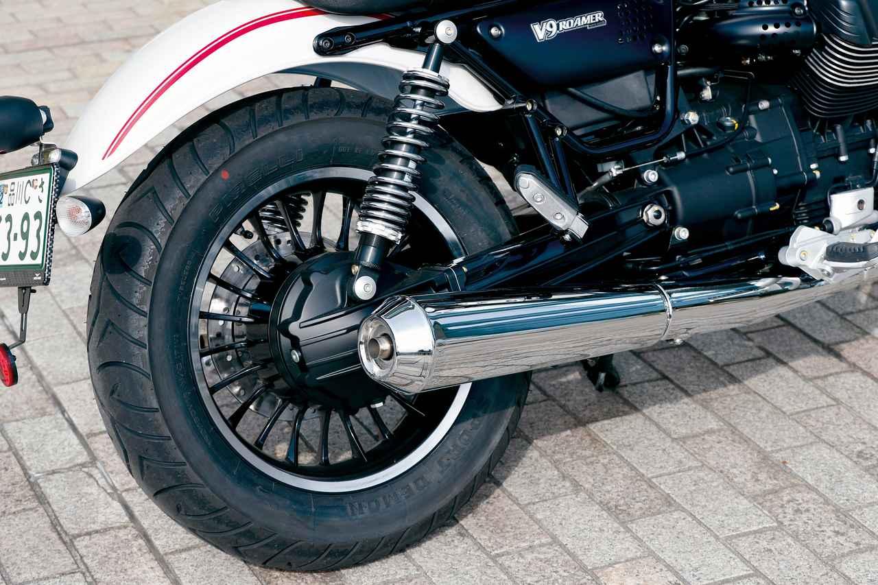 画像: リアホイールはV9ボバーと同じ16インチ。マフラーも形状は共通だが、V9ボバーではブラック塗装だったのが、V9ローマーは美しいクロームメッキ仕上げとされている。
