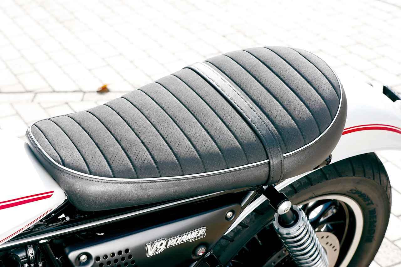 画像: 乗り心地の良さを重視し、さらに滑りにくい素材の表皮を使用したクラシカルなデザインのロングシート。グレーのステッチでモトグッツィのロゴが入れられている。