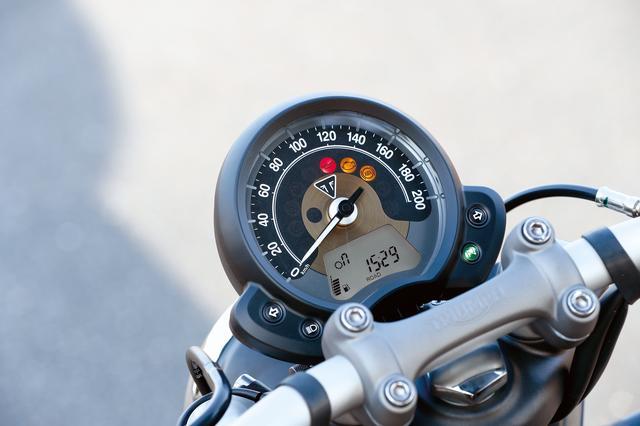 画像: スピードメーターの下部にはエンジン回転数まで表示できる多機能デジタルモニターを装備。こちらも好みの角度に調整可能だ。