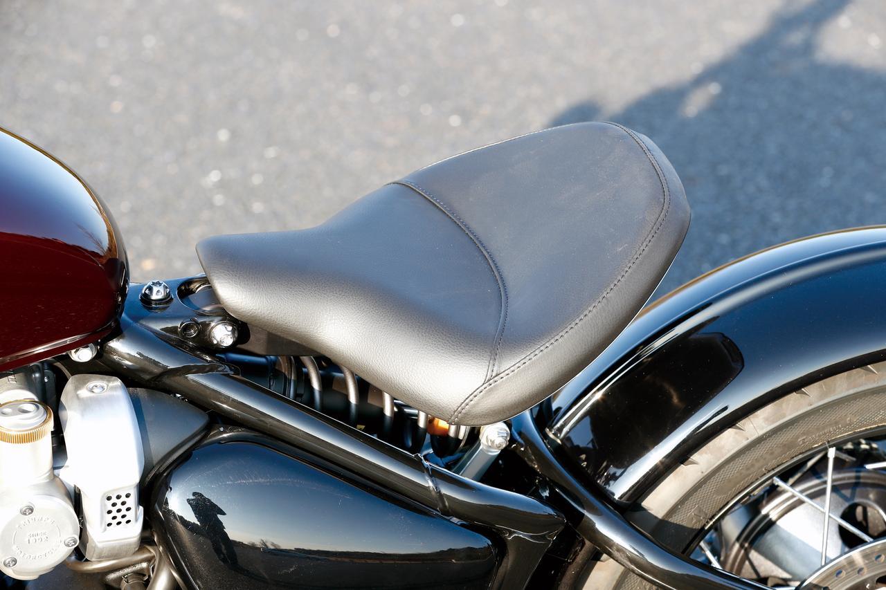画像: フレーム側のボルトを緩めればシートを前後スライド可能。コンパクトな車体ゆえ、ライダーの体格に合わせた配慮もなされている。