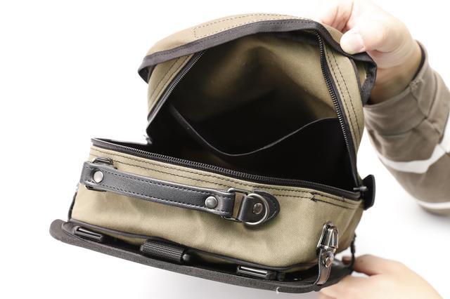 画像: 内部にはポケットがあり内容物を仕分けて収納もしやすい構造。また、バッグ側面にはグリップも付いているので、持ち運びにも便利だ。