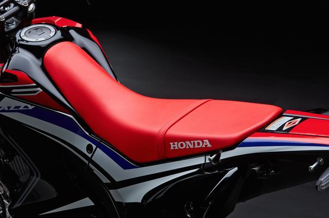 画像: 滑らかな面で構成された、機能的なシート形状。シート高は895mm〔※ローダウン仕様は830mm〕となっている。ちなみに、ベースモデルのCRF250Lは875mm〔※ローダウン仕様は830mm〕。