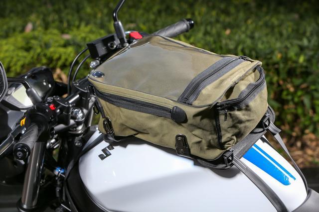 画像: スズキ SV650ABSに、帆布Lサイズを装着。ゴムベルトでマウントを固定して、バッグを取り付けるシステムはコロナのタンクバッグならではのスタイル。マウントの裏側のクッション材には「EVAフォーム」を新採用。