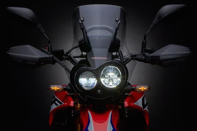 画像: カーボン調ライトケースに収まるのは、左右非対称の二眼LEDヘッドライト。