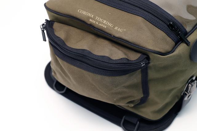 画像: Lサイズのバッグには、小物入れ用のポケットも装備する。