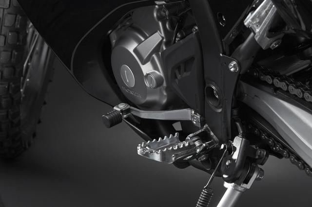 画像: 転倒時のダメージ軽減を狙い、CRF250L、CRF250Mと共通の可倒式チェンジペダルを採用する。
