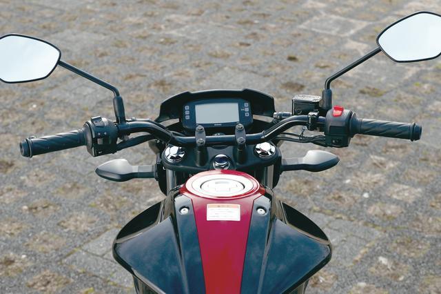 画像: ハンドルはネイキッドモデルらしくバーハンドルだが、グリップの位置はやや低めに設定されていて、適度にアップライトでスポーティなライディングポジションをとれる。