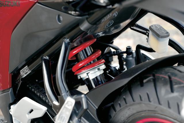 画像: 赤いスプリングがひときわ目を引くリアサスペンションはシンプルなモノショックを採用。7段階にプリロードを調整できるようになっている。