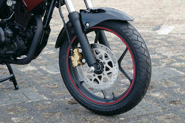 画像: フロントフォークは剛性の高いΦ41㎜の正立タイプで、優れたハンドリングやブレーキングを実現。ブレーキはΦ266㎜ローターに片押し2ポッドキャリパー。