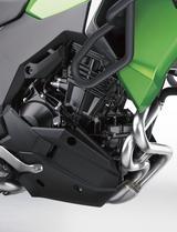 画像: ニンジャ250ベースのエンジンだが、オフロードなどを走ることも想定したヴェルシスXに合わせて、スムーズさと低速回転域の粘り強さを重視した扱いやすいセッティングとされている。