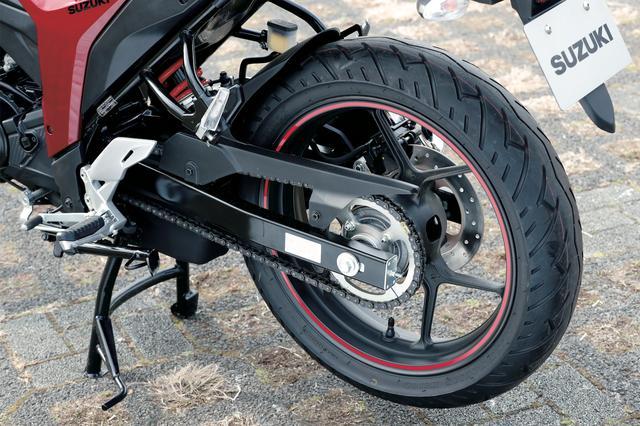 画像: このクラスのスポーツバイクとしては珍しく、日常のメンテナンスなどに便利なセンタースタンドを標準装備。スイングアームはスチール製だ。