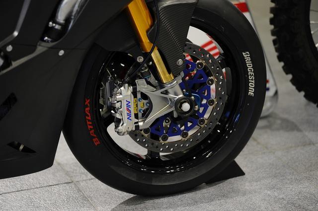 画像: ワークスマシン標準スペックは16年に続いてオーリンズ製サスペンション+ニッシン製ブレーキ、ブリヂストン製タイヤを使用