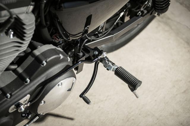 画像: 両サイドのステップにもバックステップを採用。低く構えた姿勢でライディングできる。