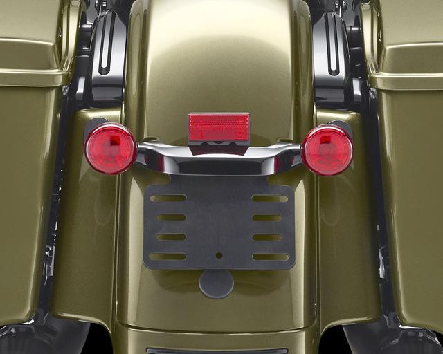 画像: 最上級のCVOモデルで採用されるリアフェンダーとサドルバッグの間を埋める「リアフェイシアパネル」を採用。ストップランプ一体型のウインカーでスマートな印象のリアビューとなっている。