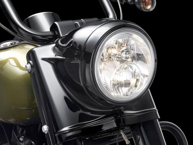 画像: 大型のヘッドライトナセルもブラックアウト…。ヘッドライトはデュアルハロゲンがチョイスされ、フロントウインカーはクリアレンズタイプとなっている。