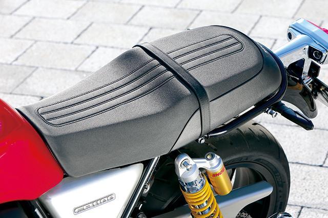 画像: EXと同様のクッションの厚いデザインだが、RSでは見た目にを軽快にするために前後タテ基調のワディングが施された表皮に変更。