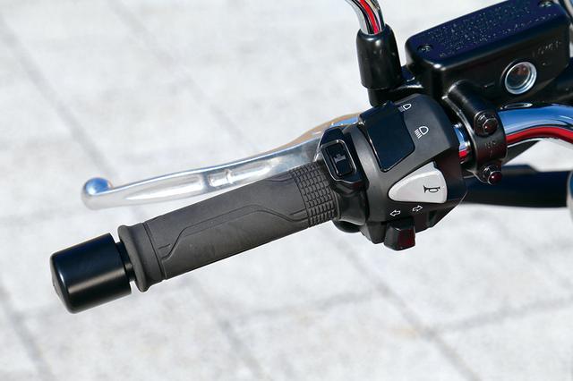 画像: このRSには「Eパッケージ」は設定されず、グリップヒーターとETC車載器は標準装備となる。グリップヒーターは温度を5段階に調整可能だ。