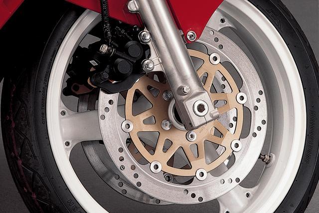 画像: フロントホイール径は17インチ、タイヤのサイズは110/70。3本スポークのシンプルなホイールに、片押し2ポッドキャリパーを使用したダブルディスクブレーキを組み合わせる。