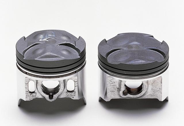 画像: 左側がGPX400R、右側がZX-4のピストン。GPXより小さくなっているのに加え、ピストンリングも薄くしてフリクションを低減してある。