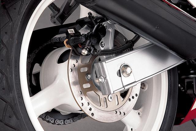 画像: リアホイール径は18インチで、タイヤサイズは140/60。リアブレーキキャリパーもフロントと同じく片押し2ポッドだ。リアサスはカワサキお得意のユニトラックサス。