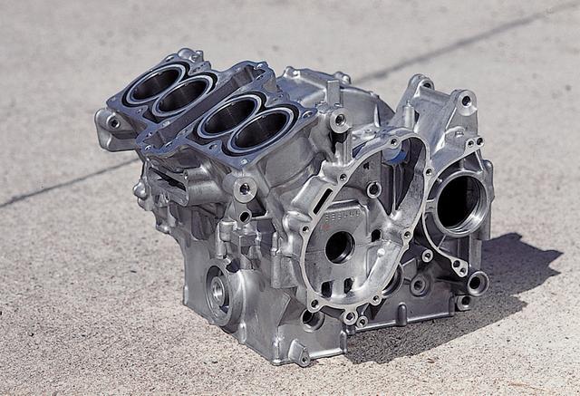 画像: 基本設計は初代CBR400RRから受け継ぐが、シリンダーとアッパークランクケースの一体化などによってエンジンを大幅にコンパクト化。LCGフレームと合わせて低重心化、マスの集中化を徹底。