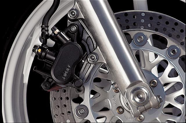 画像: フロントブレーキはφ296㎜のフローティングローターにFATキャリパーを組み合わせたダブルディスク。強力な制動力に加えて、コントローラブルでリニアなタッチも備えている。