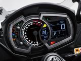 画像: アナログタコメーターを中心に配置し、左側には各種インジケーター、右側にはデジタル表示のスピードメーターや燃料計などが配置される新設計の多機能メーターパネル。ギアポジションインジケーターと、ギアシフトライトも追加された。