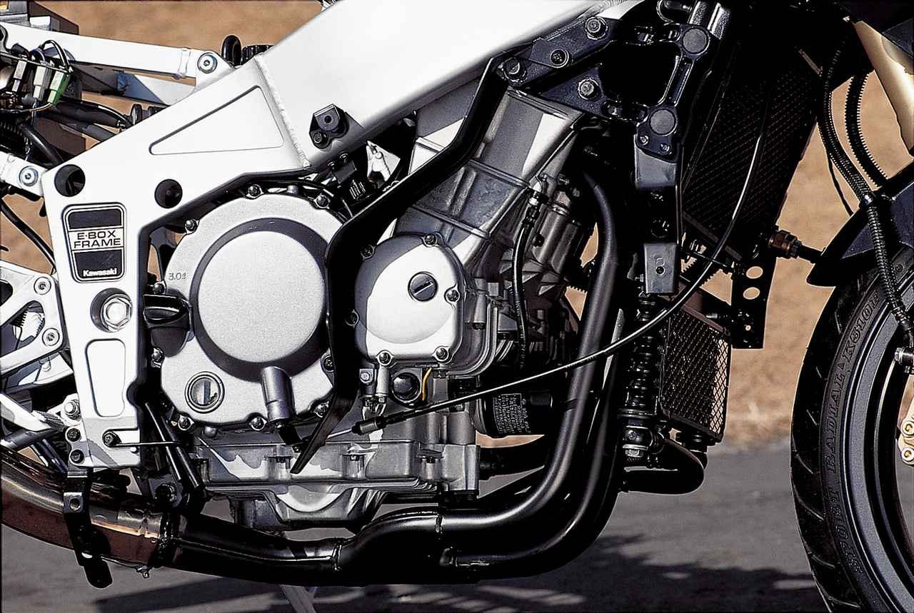 画像: コンパクトでパワフルなことで高く評価されていたZX-4用エンジンをリファイン。最高出力は変わっていないが、最大トルクは発生回転数を変えずに僅かに太らせている。