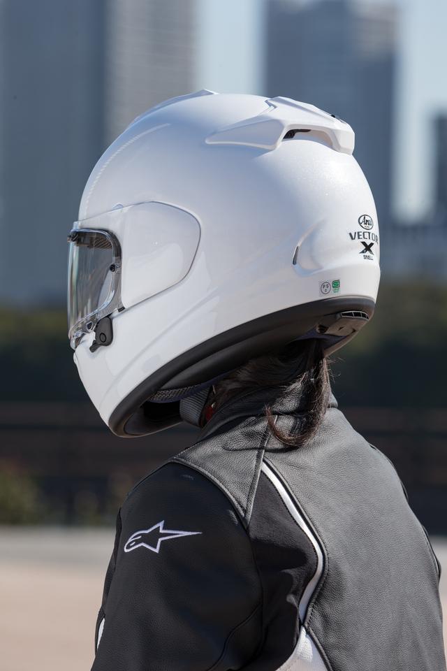 画像: 大きなデュフューザーを持たないシンプルな帽体フォルムゆえに、体の小さい女性ライダーでも「頭でっかち」な感じにならず、レトロ系デザインのオートバイとマッチすることもベクターXの特徴。