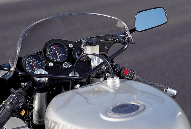 画像: タコメーターはレッドゾーンが1万4500rpmという、高回転型エンジンならではのもの。左端のスピードメーターは単独で取り外せる構造。カウルもスクリーンも必要最小限のサイズだ。