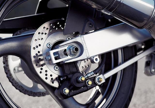 画像: スイングアームももちろんアルミ製。ブレーキキャリパーはシンプルな片押しの1ポッド。ホイール径は前後17インチ、タイヤサイズはフロントが120/60、リアが160/60。