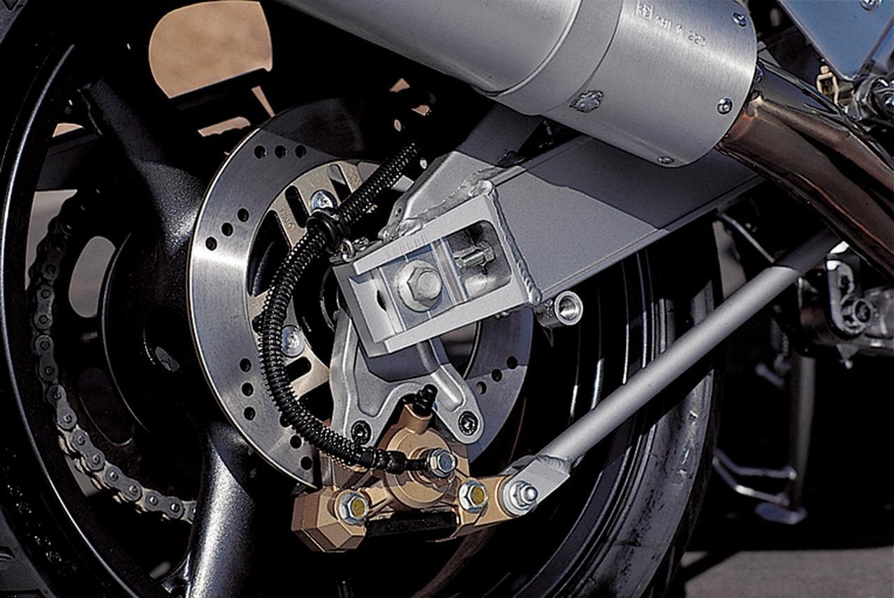画像: スイングアームはZXR用に新たに設計されたもの。リアブレーキのローター径はΦ240㎜で、対向2ポットキャリパーはフローティングマウントされている。