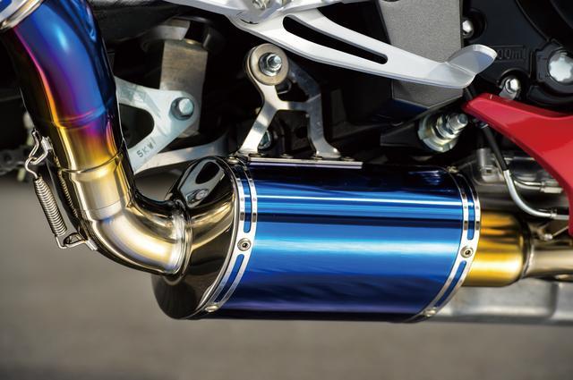 画像: 力強い低中回転域特性を得ると同時に、ピークパワー向上と消音にも貢献しているのが集合部の後ろに設けられたサブマフラー。排出ガスを浄化する触媒はこの中に収められている。