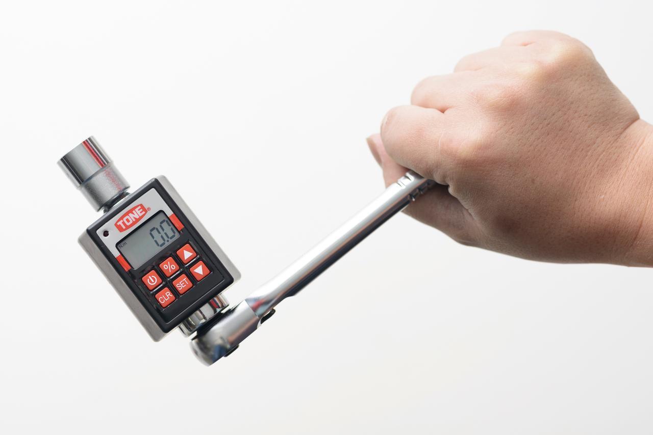 画像: ハンドルとソケットの間に挟み込むので、作業場所によってはプリセット型より使いやすい。姉妹品の『H4DT200』は差し込み角12.7㎜で20〜200N・m対応。