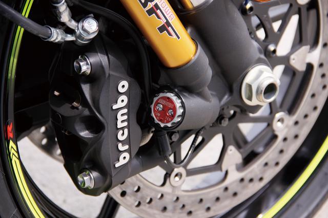 画像: 上級モデルの「R」は、スーパーバイク世界選手権などで開発されたショーワ製バランスフリーフォークを装着。ブレーキはブレンボ製のラジアルマウントキャリパーとTドライブディスク。