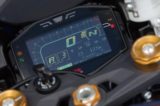 画像: 従来のアナログタコメーター+デジタル速度計の組み合わせから、大型の液晶メーターへと進化。トラコンのモードや燃費情報なども表示する。メーター上部にはシフトインジケーターも備える。