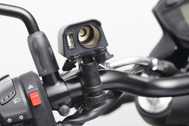 画像: 南海部品 電源くん3 DC-1203 仕様:防滴、防塵ラバーキャップ装備、過電流防止ヒューズ装備、電源コード140cm、USB=5V 2.1A、シガー=DC12V 付属品:専用ハンドルクランプ(φ22.2・φ25.4対応)、ワンタッチコネクター、貼り付け用両面テープ