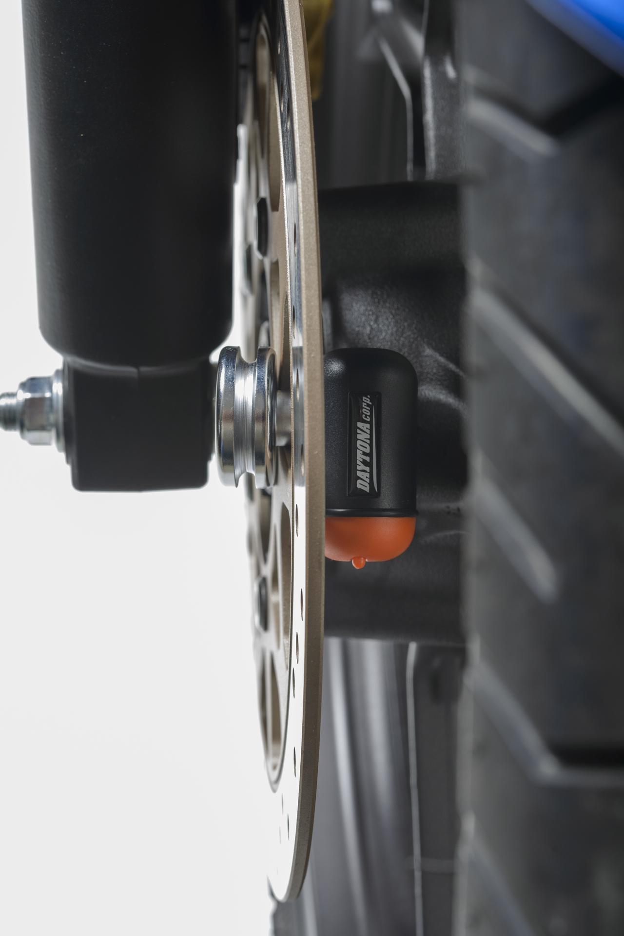 画像: シャフトをディスクプレートの穴に差し込んで、ロック本体を反対側から挟み込むようにして固定。ディスクの厚みが7㎜以上ある車種は確認が必要だが、ほとんどのオートバイは厚さ6㎜以下なので汎用性は抜群。