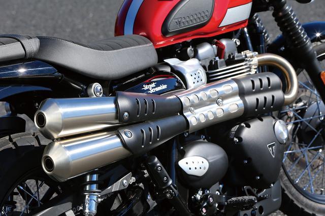 画像: このバイクの重要なパートを担うアップマフラーは新設計されたもの。キャタライザーを巧みに配置してスリムさを損なわないようデザインされており、ヘッダーとサイレンサーはブラシ仕上げのステンレス製だ。
